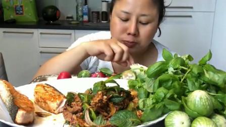 泰国主妇煎鱼和各种蔬菜,泰国特色小茄子,生吃都这么香