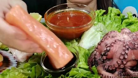 外国妹子吃章鱼三文鱼生鱼片,原汁原味的鱿鱼须太有嚼劲了