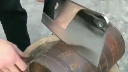 牛人发明:这把菜刀砍钢筋连豁口都没有,真是好钢用到刀刃上了