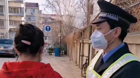疫情发生以后戴口罩已经成为了习惯,一个戴着口罩吐口水,一个戴着口罩喝水!