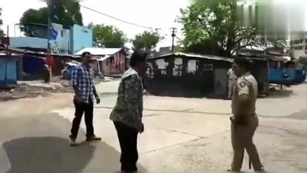 印度疫情期瞎溜达的人和警察斗智斗勇,看看最后谁赢了?