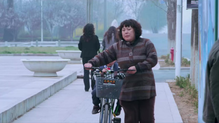为了教会儿子做公交车,美女骑着自行车跟着公交跑