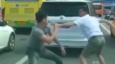 路怒症司机不顾后果在马路打架,是你该怎么办?