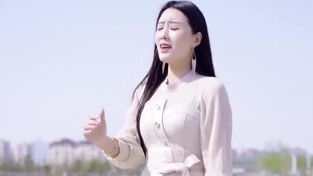 成熟性感的姑娘一首《孤单的人》唱的太有感觉太好听了!