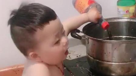 孩子不出声必定在作妖,没想到儿子小小年纪就会下厨,看来找媳妇不用发愁了