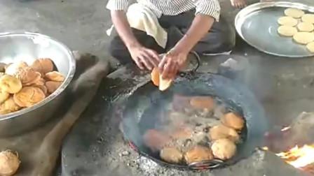 在印度街头卖的油炸糕,大哥什么工具都不需要,一双手就全搞定了!