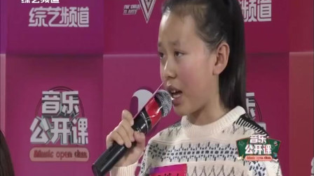 10岁侯懿人演唱《我想有个家》,小丫头乖巧有礼貌,唱歌深情