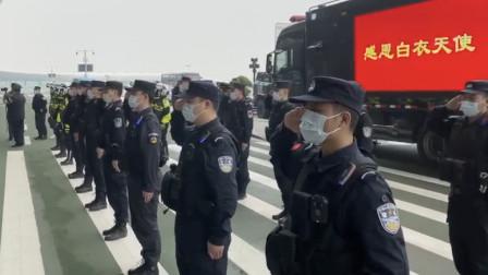 特警队与医疗队偶遇,齐刷刷敬礼告别