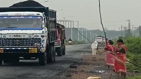 印度的妇女,每天看见拉煤车路过,拿着杆子都捣下来一点!