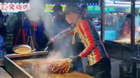 长这么大第一次见这么牛逼的烧烤师,一人带动一条街,说的就是他!