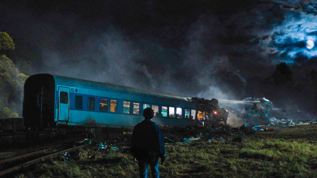 男孩贪玩却导致火车脱轨,当他看到现场景象后绝望了