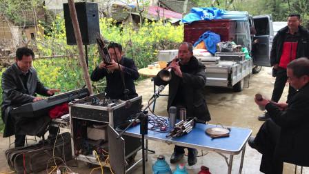 邓州市农村艺人唢呐演奏祭灵,还是老功夫,吹得非常不错!