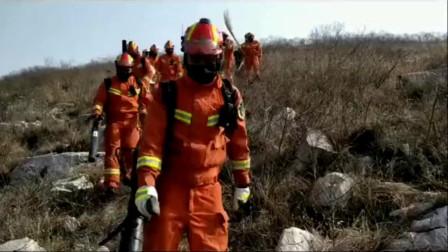 救援人员救援回来的场景,看不到他们的脸,但是他们在我心中就是最帅的