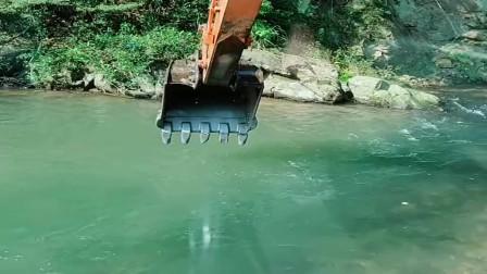 现在疫情严重,根本接不到活干,只能用挖掘机抓鱼了!