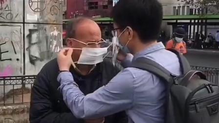 异国他乡不容易,中国留学生给外国老爷爷送口罩,大家一起加油!