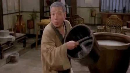 为了驱除僵尸毒,小伙用糯米水泡澡,长蛇搽身!