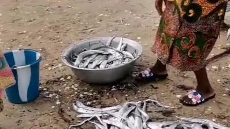 非洲农村人搬运全靠头,妇女的头顶功夫也很强,几十斤重的盆子能搬动!