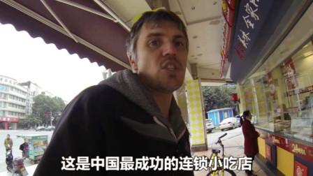 老外探访中国知名小吃店,30元一碗不愁卖,担心配方泄露拒绝录像