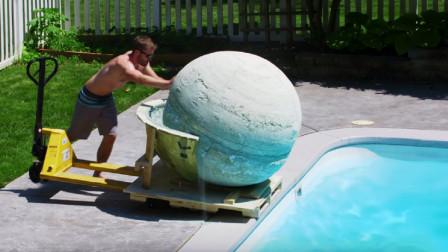 2000磅全球最大沐浴球,推入泳池后不淡定了,这是要给大象洗澡?