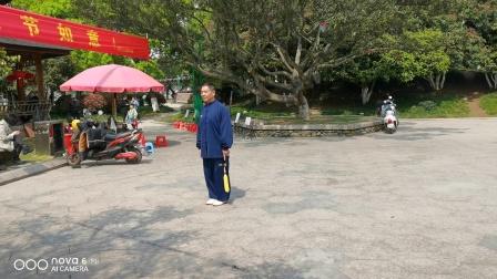 杨老师于2020年4月7日在龙港公园演练武当剑。