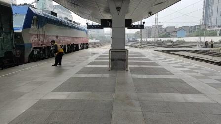 客车k292次(成都到上海)成都站4道发车