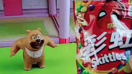 熊二要给熊大吃彩虹糖,二狗又来抢吃的了!怕是忘了光头强的厉害?