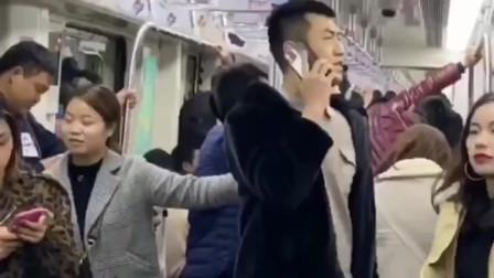 湖南大哥公交车里打电话吹牛,旁边乘客忍住想笑不敢笑的表情真逗