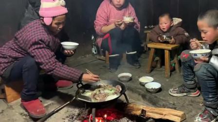原生态的贵州火塘做饭,活了大半辈子头一次见,网友看了都说穷