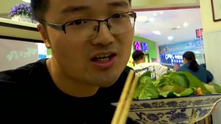 """大叔""""二人世界""""是这样子的,东北饭馆待了一整天,卷馍配凉皮香爆了"""