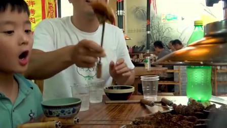 小哥吃碳火烤肉太过瘾了,345元一桌肉吃不够?撸串爽爆了!