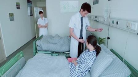 医生模样长得太帅,没想到女病人当场装起可怜,小护士看透一切!