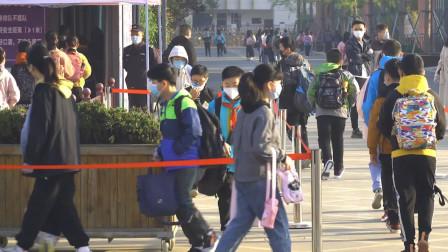 江苏中小学正式进入开学季 排队量体温消毒 家长不得进入校园