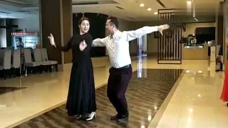来看看新疆美女帅哥舞跳的好呢