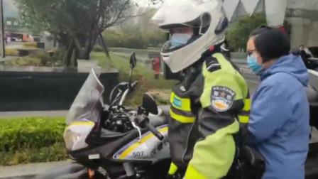 总算坐上了交警的摩托车,医疗队小姐姐一脸幸福