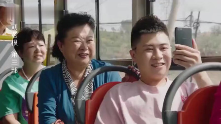 小伙在公交车上直播炫富,谁料直接被亲妈无情揭穿,笑的我肚子疼