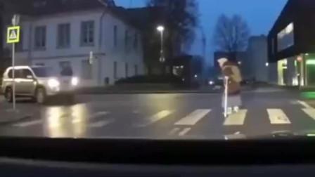 外国小哥哥扶老奶奶过马路,本来是一件正能量的事情,可他忘记拉手刹了!