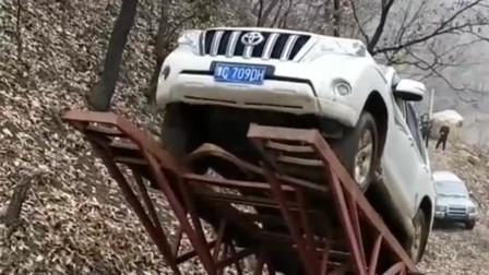 玩车人的世界我们不懂,这是在比谁的车更抗摔吗,太奇葩了!