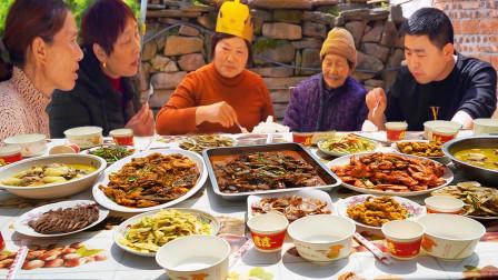 老妈生日小厨忙操办,鸡鸭鱼肉配海鲜一桌大菜,全家齐聚吃喝过瘾