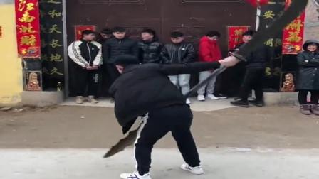 小伙子在一帮兄弟里,排行老大,百斤大刀舞起来虎虎生风!