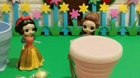 白雪公主和贝儿公主都有水杯,白雪杯子里有糖,贝儿的里面没有