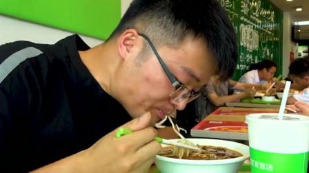"""大叔尝试东北出了名的""""饭馆""""!用农夫山泉炖180天的老母鸡,香爆了"""