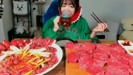 韩国小姐姐吃一桌子生牛肉蘸酱,光看着就怕了,太能吃了!