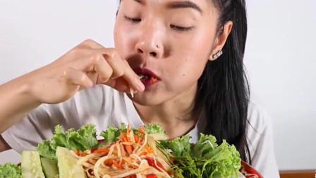 泰国小姐姐吃木瓜沙拉生菜,用手抓着吃,吃的真爽快