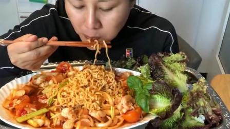 泰国主妇吃海鲜面,筷子拿着真利索,吃的真香!