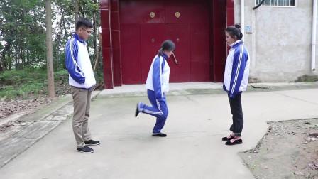 田田的童年搞笑短剧:伙伴们玩跳皮筋,没想大鱼和大锤一节都跳不过,田田却跳到了三节