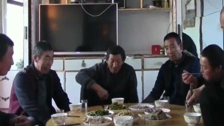 东北人就是会享受,坐在炕头上吃杀猪菜,小日子太滋润了!
