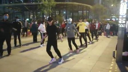 广场上被青春撞了腰的年轻人们尽情释放,小姐姐这舞姿太好看