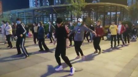 山东滨州,城市广场上尽情释放的年轻人,小姐姐跳火了