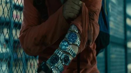 避难所被丧尸攻破,为了防止被丧尸咬到,小伙在手上戴满了劳力士