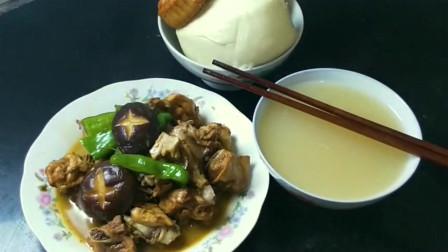 小哥背着媳妇吃黄焖鸡,红薯稀饭配着吃,又是美味的一餐!